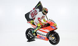 Modelcar - <strong>Ducati</strong> Desmosedici GP11.2, No.46, MotoGP Spain, Tribute to Marco with Valentino Rossi figure, V.Rossi, 2011<br /><br />Minichamps, 1:12<br />No. 219673