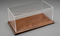 Modellauto - <strong>Molsheim</strong> Deluxe Vitrine,  Boden: Holz-Walnuss, Maße (L/B/H): 650x320x210mm<br /><br />Atlantic, 1:8<br />Nr. 237512