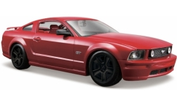 Modellino - <strong>Ford</strong> Mustang GT, metallic-rosso, nero orli del pneumatico, 2006<br /><br />Maisto, 1:24<br />n. 244840