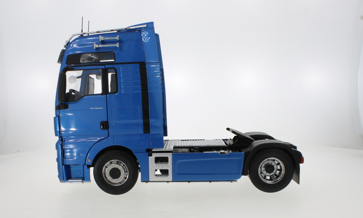 MAN TGX XXL, metallic-blau